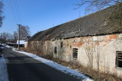 Oud huis in dorp stock fotografie