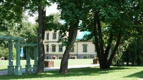 Oud huis in een kleine binnenplaats Groene Bomen stock footage