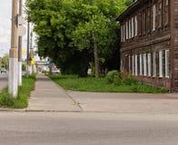 Oud huis in een moderne stad, onder bomen Royalty-vrije Stock Foto