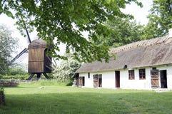 Oud Huis en een molen Stock Afbeeldingen