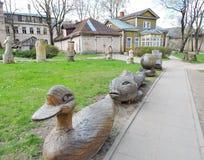 Oud huis en houten cijfers, Letland Royalty-vrije Stock Foto's