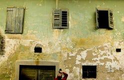 Oud huis met 3 vensters Stock Foto's