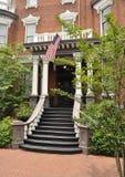 Oud huis met Amerikaanse vlag royalty-vrije stock afbeeldingen