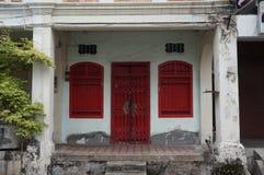 Oud huis met blinden Stock Fotografie