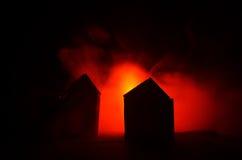 Oud huis met een Spook in de maanbeschenen nacht of Verlaten Achtervolgd Verschrikkingshuis in mist Oude mysticusvilla met surrea Royalty-vrije Stock Afbeeldingen