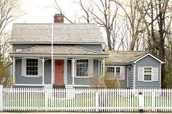 Oud huis met een wit piket   stock foto