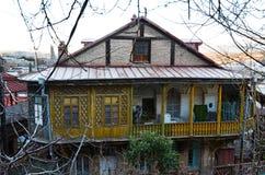 Oud huis met gesneden houten geel balkon in Tbilisi, Oude Stad Stock Afbeeldingen