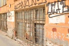 Oud huis met graffi Stock Foto