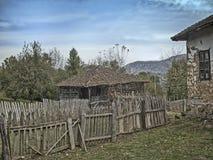 Oud huis met houten omheiningen Royalty-vrije Stock Afbeelding