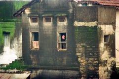 Oud Huis met roes bij venster Royalty-vrije Stock Fotografie