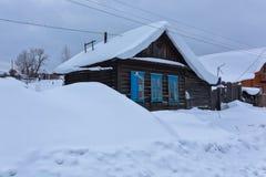 Oud huis met veel sneeuw Stock Foto's
