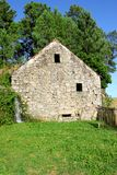 Oud huis met waterval Royalty-vrije Stock Afbeeldingen