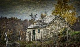 Oud Huis met Witte Blinden Stock Fotografie