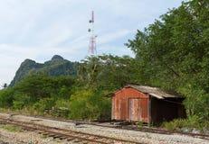 Oud huis naast spoorweg Royalty-vrije Stock Afbeeldingen