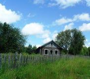 Oud huis onder de hemel Stock Foto's