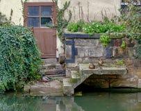 Oud huis op de rivier stock afbeeldingen