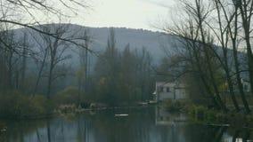 Oud huis op het meer stock videobeelden