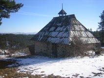 Oud huis op Tara Serbia stock foto's
