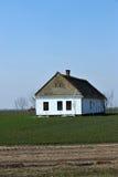 Oud huis op tarwegebied Stock Fotografie