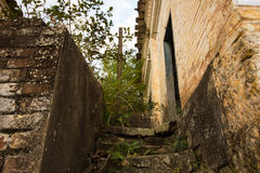 Oud huis in ruïnes, enigszins geheimzinnige en achtervolgde plaats Stock Afbeelding