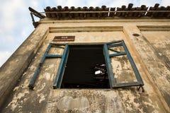 Oud huis in ruïnes, enigszins geheimzinnige en achtervolgde plaats Royalty-vrije Stock Afbeeldingen