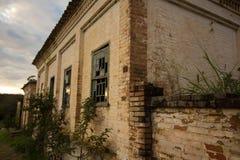 Oud huis in ruïnes, enigszins geheimzinnige en achtervolgde plaats Stock Foto