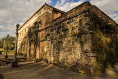 Oud huis in ruïnes, enigszins geheimzinnige en achtervolgde plaats Stock Foto's
