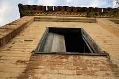 Oud huis in ruïnes, enigszins geheimzinnige en achtervolgde plaats Royalty-vrije Stock Foto's