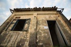 Oud huis in ruïnes, enigszins geheimzinnige en achtervolgde plaats Royalty-vrije Stock Afbeelding