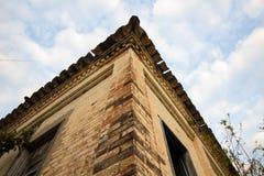 Oud huis in ruïnes, enigszins geheimzinnige en achtervolgde plaats Royalty-vrije Stock Foto