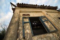 Oud huis in ruïnes, enigszins geheimzinnige en achtervolgde plaats Royalty-vrije Stock Fotografie