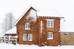 Oud huis in sneeuw stock afbeeldingen