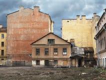 Oud huis in stad Stock Foto's