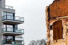 Oud huis versus Nieuw Huis stock foto's