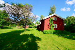 Oud idylic landbouwbedrijfhuis in Zweden vector illustratie