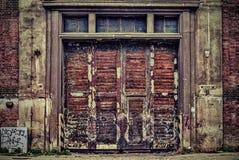 Oud industrieel ijzer en houten deur een machinefabriek Stock Foto