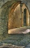 Oud Italië: door een overwelfde galerij stock foto's