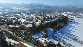 Oud Italiaans Dorp in de sneeuw - hommel luchtvideo van Apiro Le Marche, Italië stock video