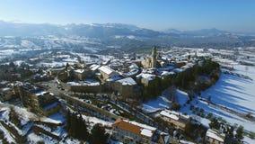 Oud Italiaans Dorp in de sneeuw - hommel luchtvideo van Apiro Le Marche, Italië stock footage