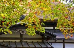 Oud Japans Huis met Autumn Season Stock Afbeelding