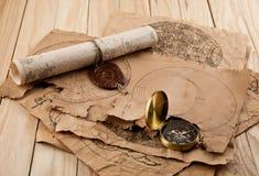 Oud kaarten en kompas stock fotografie