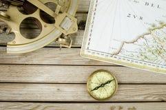 Oud kaartsextant en kompas Stock Foto's