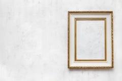 Oud kader op een witte muur Royalty-vrije Stock Foto's