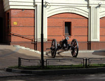 Oud kanon dichtbij het huis Stock Fotografie