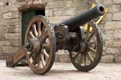 Oud kanon in koloniale stad in Montevideo, Uruguay royalty-vrije stock foto