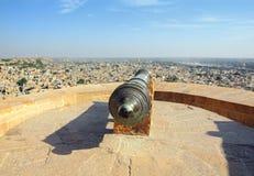 Oud kanon op dak van Jaisalmer-fort Royalty-vrije Stock Foto's