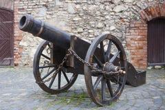 Oud kanon op wielen in kasteel Stock Foto's