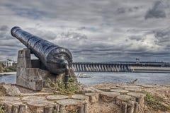 Oud kanon tegen een stormachtige hemel Royalty-vrije Stock Foto's