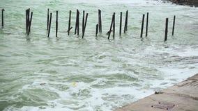 Oud karkas van de pijler aan het overzees stock videobeelden
