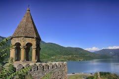 Oud kasteel in de bergen over het meer Zonnige de zomerdag stock fotografie